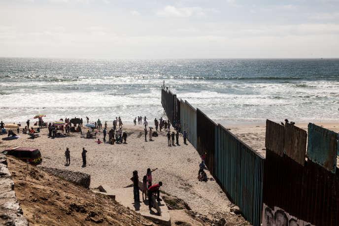 La frontière américano-mexicaine entre San Diego et Tijuana plonge dans le Pacifique pour dissuader les candidats à un passage par la mer.