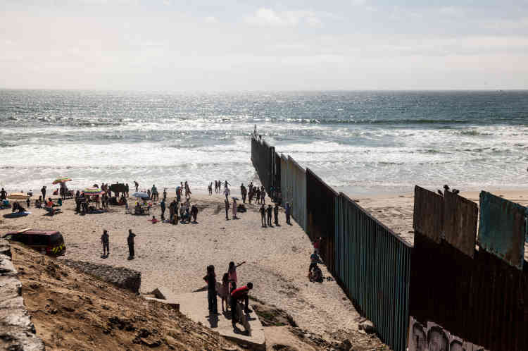 La barrière a été étendue à 30 mètres dans le Pacifique, pour dissuader ceux qui voudraient passer par la mer