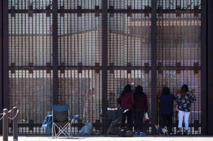 Ce samedi de mai, Gloria Apolinar, immigrante entrée clandestinement aux Etats-Unis il y a plus de trente ans, est venue à la frontière avec sa fille Mercedes, ses deux petites-filles et son le chien Shorty. Elle a rendez-vous avec son autre fille, Luz, et son fils, Miguel, qu'elle n'a pas vus depuis onze ans.