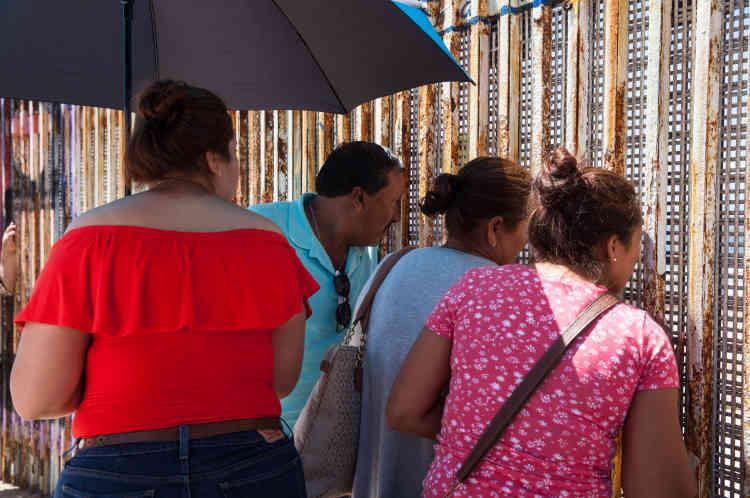 Une famille à Playas de Tijuana, côté mexicain de la frontière.