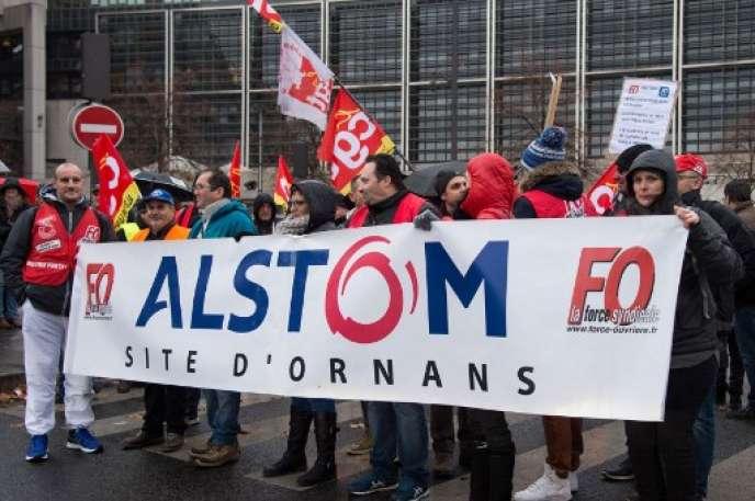 Manifestation des salariés d'Alstom devant Bercy, le ministère de l'économie, en 2015, pour la préservation de l'emploi, après le rachat de GE.