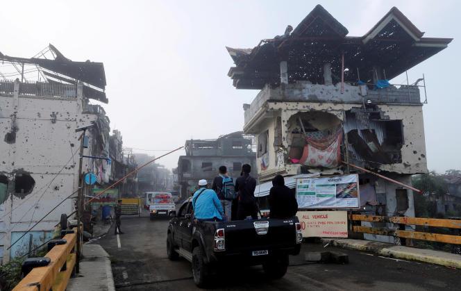 Les habitants de Marawi (Philippines) retournent dans leur ville, le 19avril, six mois après sa reprise à l'EI par les forces gouvernementales.