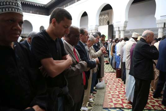 Muslims pray at the Grande Mosquee de Paris (Great Mosque of Paris) in Paris at the start of the Eid al-Fitr holiday which marks the end of Ramadan, on June 14, 2018. / AFP / Zakaria ABDELKAFI