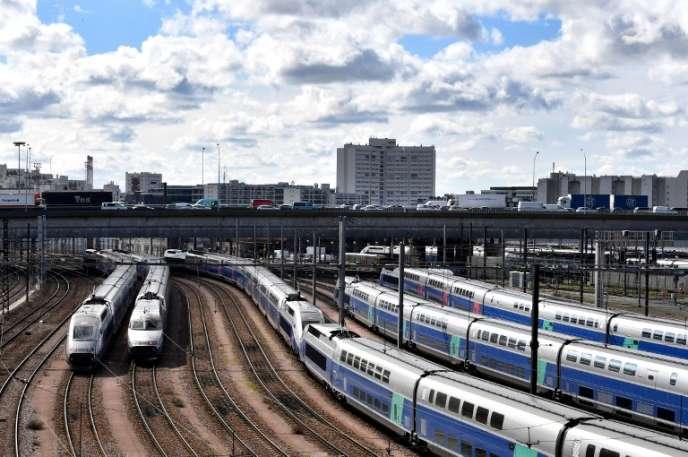 Des trains à grande vitesse stationnés à proximité du périphérique parisien, lors de deux jours de grève des employés de la SNCF, enavril 2018.