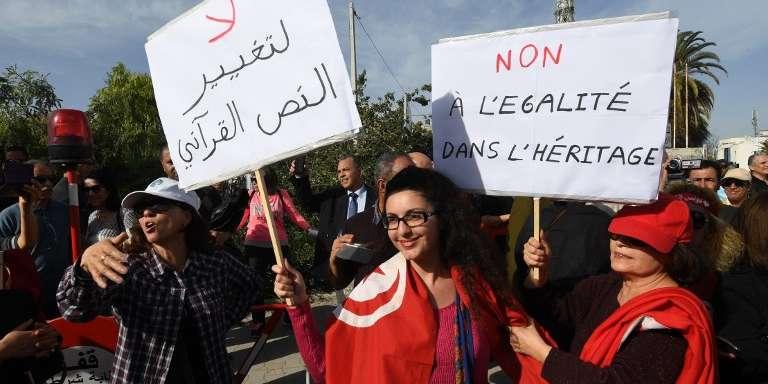 Des Tunisiennes défilent pour s'opposer à l'égalité hommes-femmes dans l'héritage, le 10mars 2018, à Tunis.