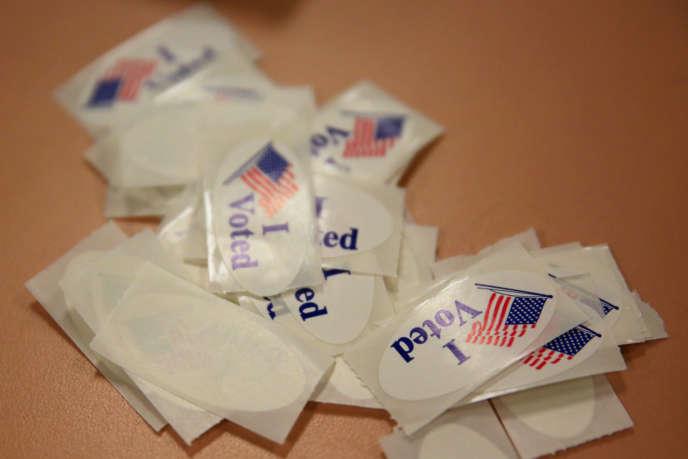 Autocollants à la sortie d'un bureau de vote à Youngstown (Ohio) lors des élections présidentielles américaines de mars 2016.