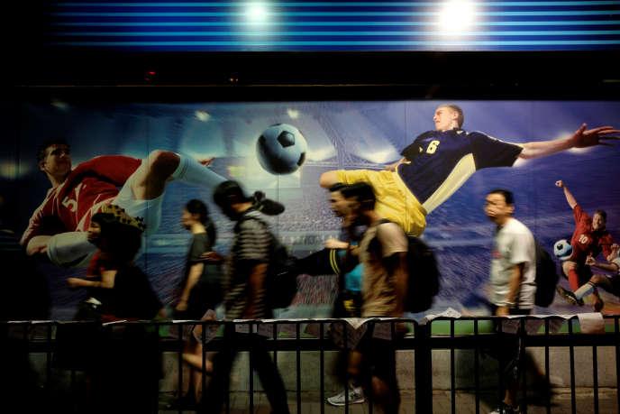 Une publicité pour les paris sportifs à Hongkong, le 8 juin. Lagardère Sports vient de perdre les droits de diffusion des matchs de la confédération asiatique de football.