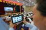 Un examinateur utilise un système de reconnaissance faciale, lors de l'examen d'entrée à l'université, à Suqian, dans la province de Jiangsu, le 6 juin.