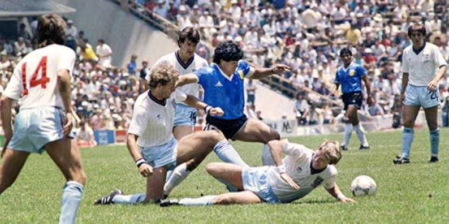 Diego Maradona au milieu des défenseurs anglais.