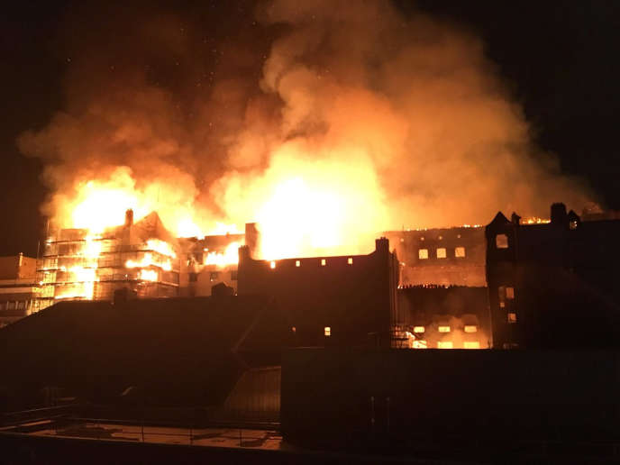 Le bâtiment de la Glasgow School of Art en proie aux flammes, le 15 juin.