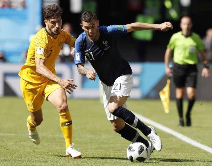 Lucas Hernandez, en bleu, face à l'Australien Mathew Leckie, lors du premier match de l'équipe de France, samedi 16 juin à Kazan.