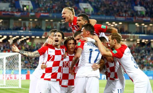 Le croate Luka Modric célèbre le second but du match avec ses coéquipiers, le 16 juin, au stade Kaliningrad.