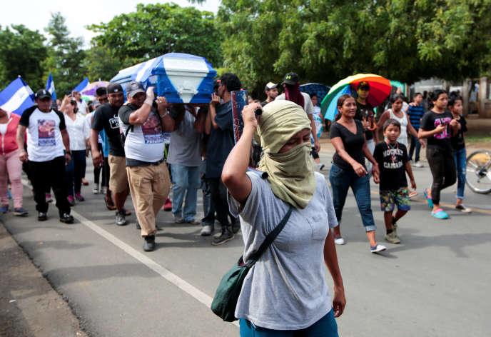 Manifestation lors des funérailles d'une victime de la répression policière au Nicaragua le 15 juin.