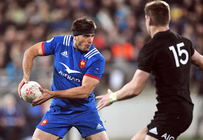Le Français Kelian Galletier face à l'arrière néo-zélandais, Jordie Barrett, le 16juin 2018 à Wellington.