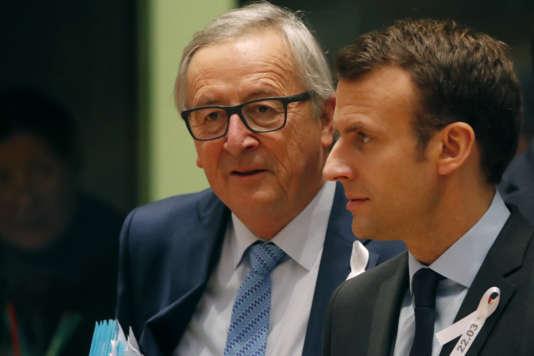 Le président de la Commission européenne, Jean-Claude Juncker, avec le président français, Emmanuel Macron, à Bruxelles, le 22 mars.
