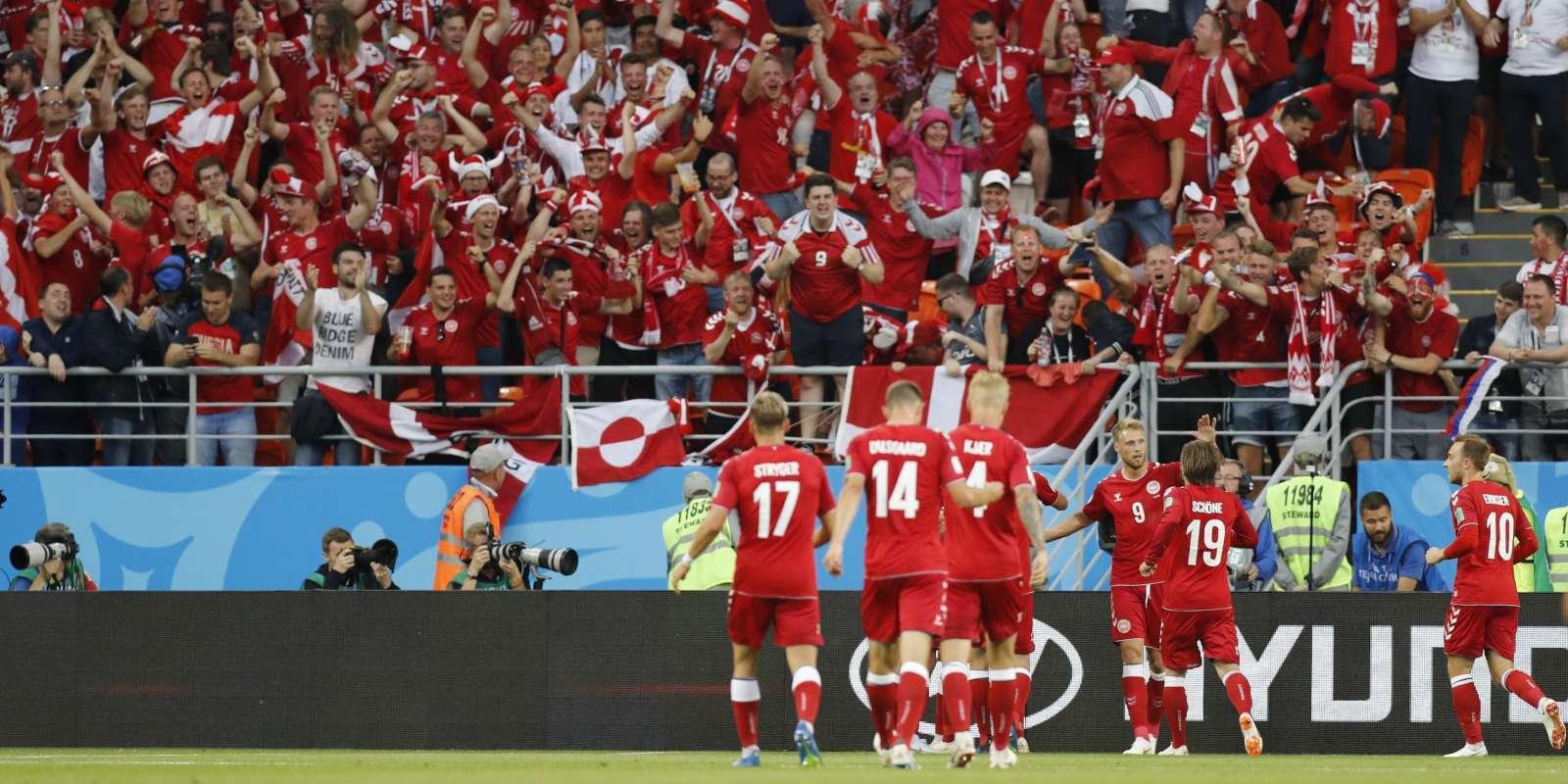 Les Danois célèbrent avec leurs supporteurs le but de Poulsen.