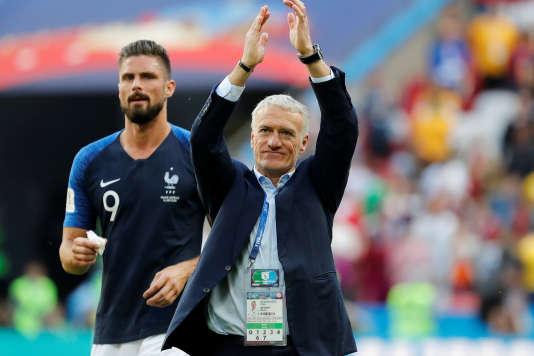 Didier Deschamps et Olivier Giroud (en arrière plan) après la victoire de la France contre l'Australie, le 16 juin 2018