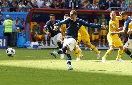 Antoine Griezmann marque pour la France lors d'un tir de penalty.