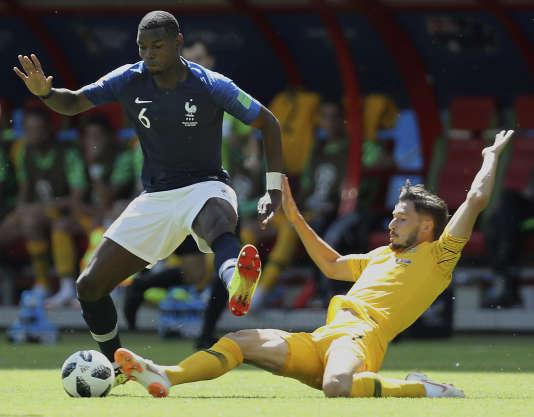Paul Pogba aux prises avec Mathew Leckie, lors du match France-Australie, le 16 juin à Kazan.