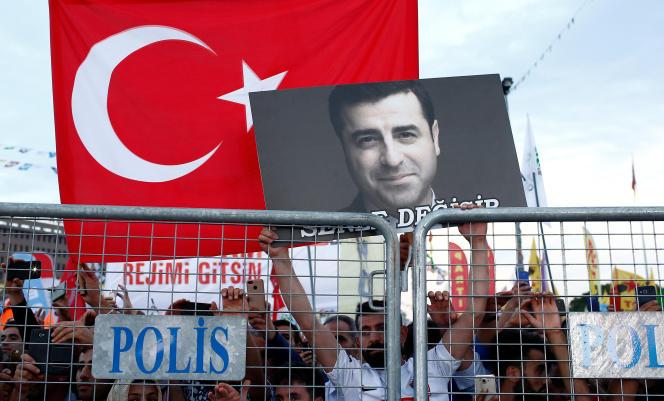 Un soutien de Selahattin Demirtas, le candidat du Parti de la démocratie des peuples (HDP, pro-kurde) pour la présidentielle, à Istanbul, le 17 juin.