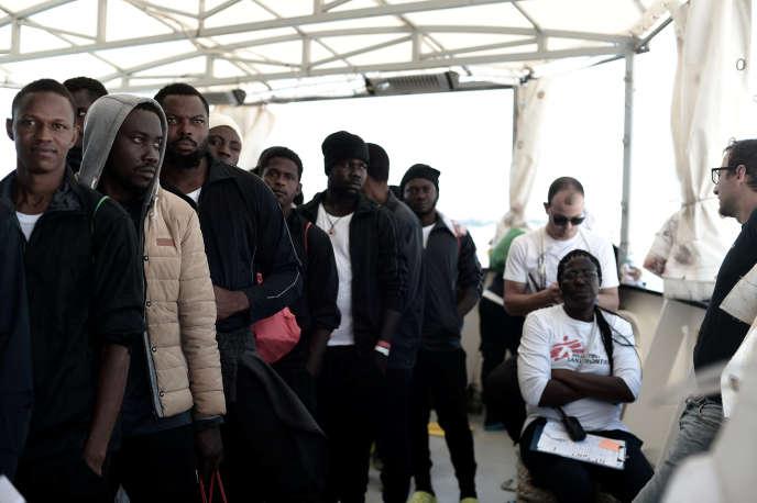 Les migrants présents sur la bateau humanitaire l'« Aquarius» à leur arrivée à Valence, en Espagne, le 17 juin 2018.