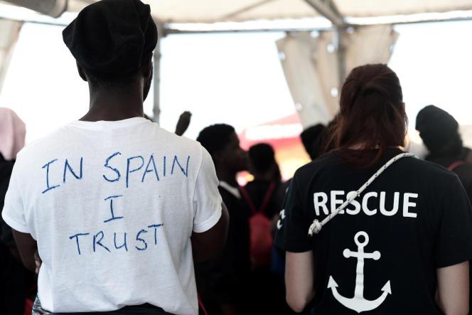 Un migrant s'apprêtant à débarquer de l'«Aquarius» sur le port de Valence, le 17 juin. Sur son t-shirt : « In Spain I trust» (« en l'Espagne je crois»).