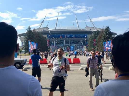 Devant le stade de Saint-Pétersbourg, où se déroulent sept matchs du Mondial 2018.