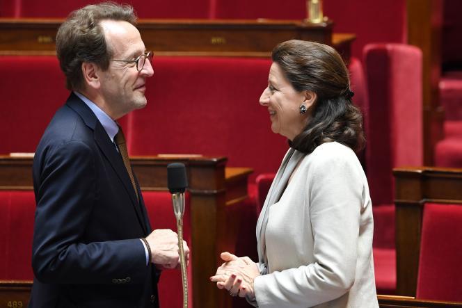 Le député LRM Gilles Le Gendre s'entretient avec la ministre de la santé Agnès Buzyn dans les travées de l'hémicycle du Palais-Bourbon, le 12 juin.