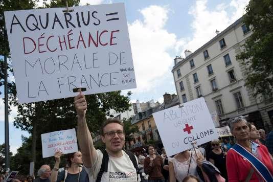 Pancarte contre l'attitude française à propos de l'« Aquarius».
