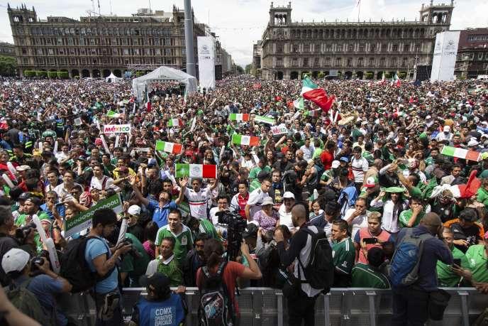 Les fans mexicains réunis sur le Zocalo, la place centrale de Mexico, dimanche17 juin 2018.