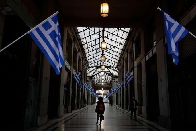Dans une galerie commerçante du centre d'Athènes, le 22 mars 2017, des magasins fermés en raison de la crise économique.