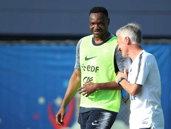 Steve Mandanda et Didier Deschamps à l'entraînement, le 18juin à Moscou. Le Marseillais devrait vivre son premier match en Coupe du monde, mardi.