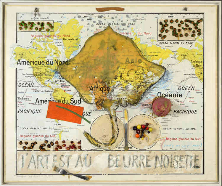 """«Dans la série """"Geograffiti"""", Erik Dietman se rapproche de la peinture en utilisant des supports imprimés. Ici, une carte du monde, une évocation de Chardin qui annonce les nombreux commentaires, écrits et dessinés sur l'art.»"""