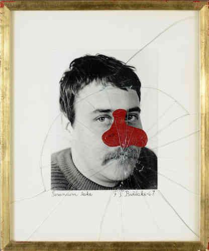 «Une tache rouge se répand sur le visage de l'artiste blessé? Le verre sensé protéger l'œuvre est brisé. Le point d'impact est la bouche, le regard ‒ lui‒ reste interrogateur.»