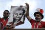 Des supporters égyptiens brandissent la photo de Mohamed Salah, avant le match Egypte-Uruguay, à Iekaterinbourg, le 15 juin.