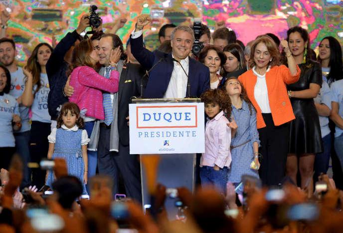 Dimanche 17juin, Ivan Duke célèbre, à Bogota, avec ses supporters son élection à la présidence de la Colombie.