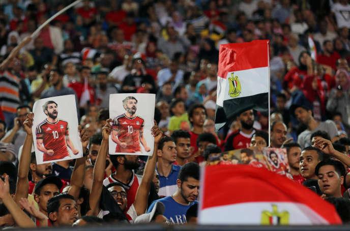 Des supporteurs égyptiens brandissent le portraitde Mohamed Salah, auCaire,le 9juin.