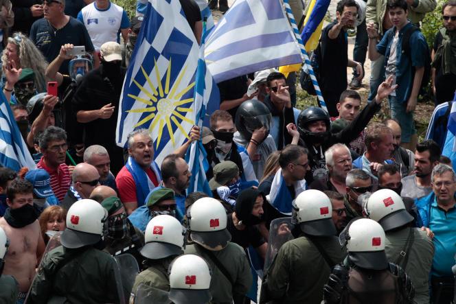 Manifestation contre l'accord gréco-macédonien dans le village grec de Pisoderi, le 17 juin.