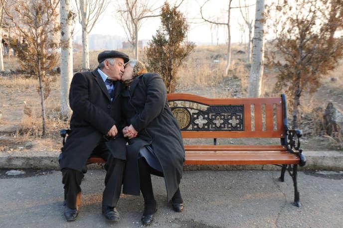 Avec l'allongement de la durée de la vie, tous les cycles sont à repenser, y compris celui de la vie amoureuse.AFP PHOTO / KAREN MINASYAN / AFP PHOTO / KAREN MINASYAN