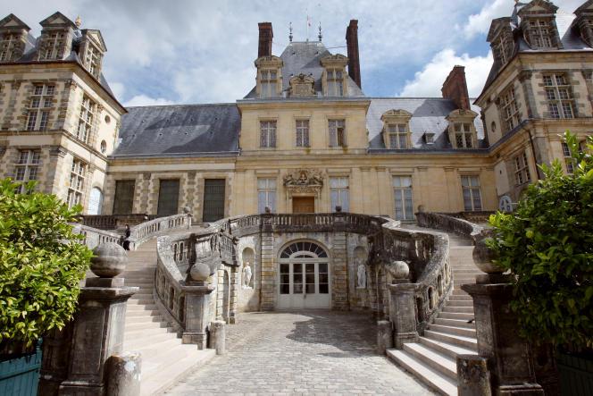 Vue partielle du château de Fontainebleau (Seine-et-Marne) et de son escalier extérieur dit«en fer à cheval», en septembre 2008.