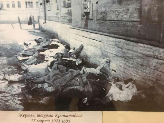 Photographie présentant les «victimes de l'assaut sur Kronstadt», en 1921.