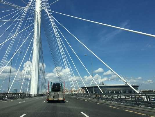 La soucoupe volante du Saint-Petersburg Stadium, retenu pour la Coupe du monde, depuis l'un des ponts marquant la sortie nord de Saint-Pétersbourg.