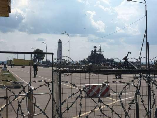 Les grilles barrant les quais de Kronstadt et nos espoirs.