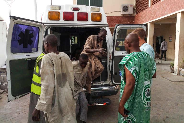 Des blessés après un attentat-suicide arrivent à l'hôpital de Maiduguri, le 15 mai 2018.