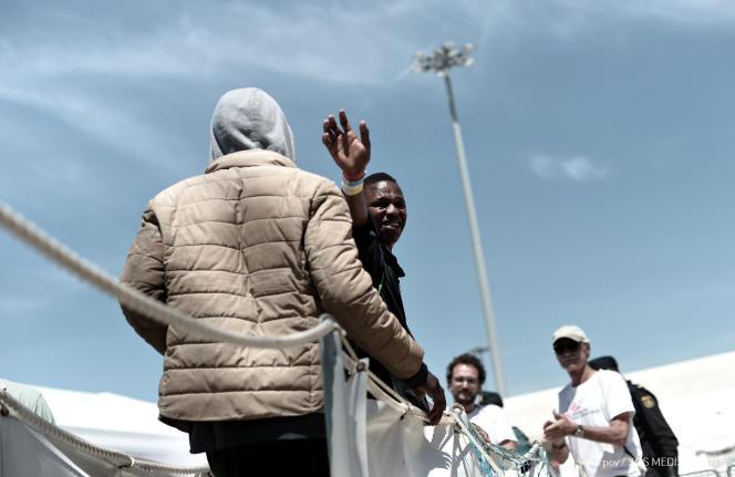 Des migrants secourus en mer débarquent de l'« Aquarius» à Valence, en Espagne, le 17 juillet.