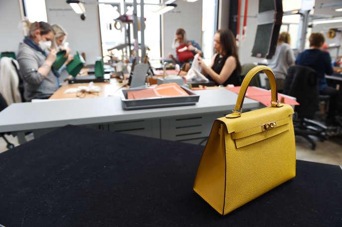 Dans la Manufacture de l'Allan, une maroquinerie d'Hermès, à Allenjoie (Doubs), le 5 avril 2018, à la veille de son inauguration.