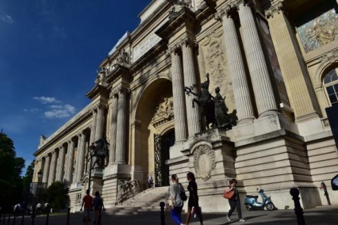 « La surface consacrée à la science et accessible au public est passée de 11 000 m² à la fin des années 1980 à 7 000 m² aujourd'hui » (La façade du Palais de la découverte à Paris, en mai 2017).