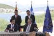 Le premier ministre grec Alexis Tsipras (en haut à droite) et son homologue macédonien Zoran Zaev assistent à la signature de l'accord par les ministres des affaires étrangères des deux pays, Nikos Kotzias (assis à droite) , et Nikola Dimitrov, à Psarades, le 17 juin.