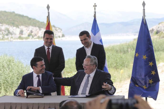 Le premier ministre grec Alexis Tsipras et son homologue macédonien Zoran Zaev assistent à la signature de l'accord par les ministres des affaires étrangères des deux pays, à Psarades, le 17 juin.