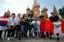Des supporteurs sud-coréens, allemands, mexicains et péruviens devant le Kremlin, à Moscou, le 17 juin.